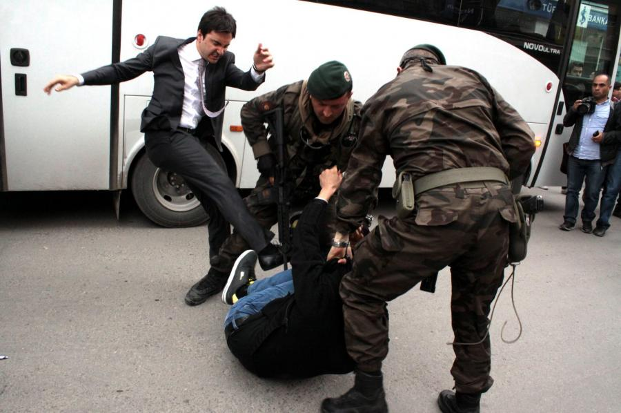 Jusuf Jrkel zaatakował antyrządowego demonstranta