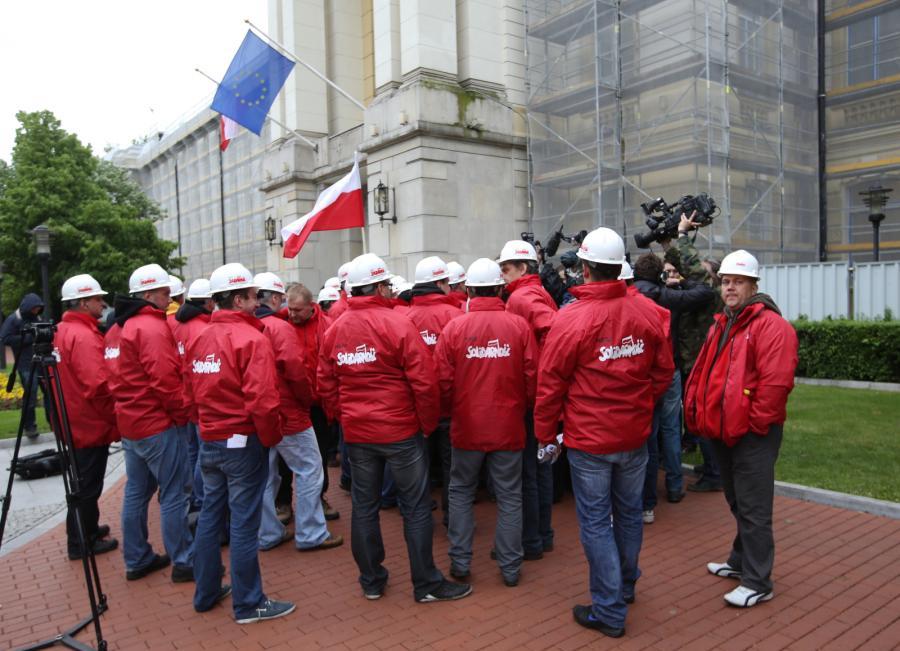Związkowcy przed KPRM po spotkaniu przedstawicieli górniczych związków zawodowych z premierem Donaldem Tuskiem