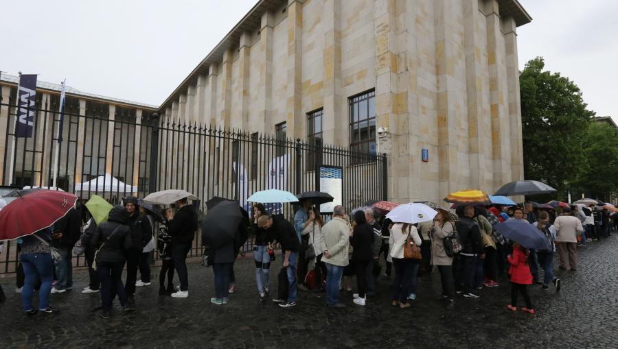 Noc Muzeów w Muzeum Narodowym - zwiedzający czekają na wejście do Muzeum