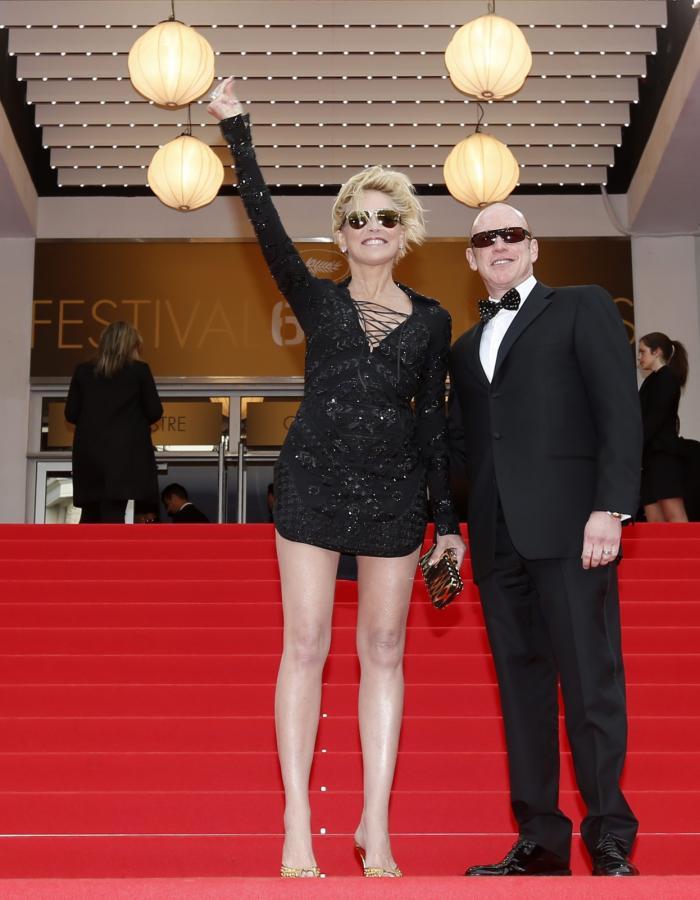 """Sharon Stone i jej (nieznany z nazwiska) gość na premierze filmu """"The Search"""""""