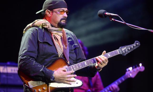 Steven Seagal gra bluesa. Nie on jeden! Gwiazdy Hollywood podbijają scenęmuzyczną [ZDJĘCIA]