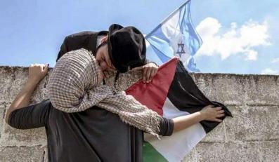 Żyd całujący się z Palestynką / zdjęcie z konta Cecilia Nava @Caro_Ceci