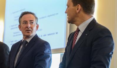 Minister spraw wewnętrznych Bartłomiej Sienkiewicz i minister spraw zagranicznych Radosław Sikorski