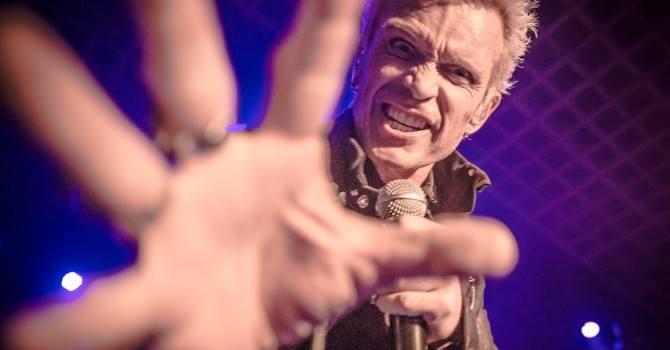 Billy Idol nie zmienił swojego emploi rockowego zadziory z delikatnym sercem