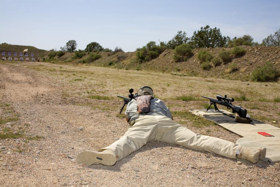 Mężczyzna na strzelnicy