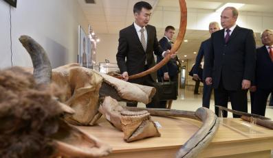 Władimir Putin w muzeum w Jakucku słucha wykładu na temat mamutów