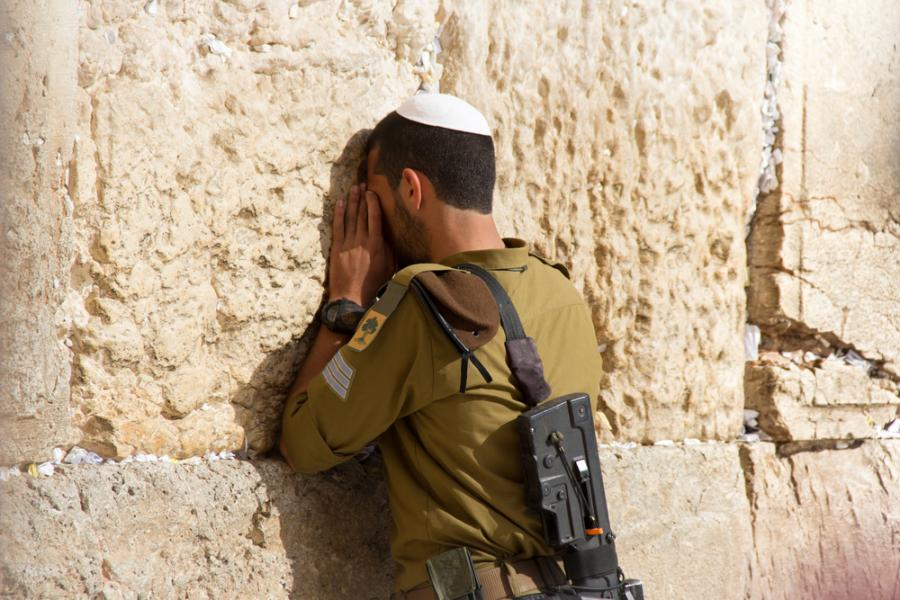 Izraelski żołnierz modli sięprzy Ścianie Płaczu