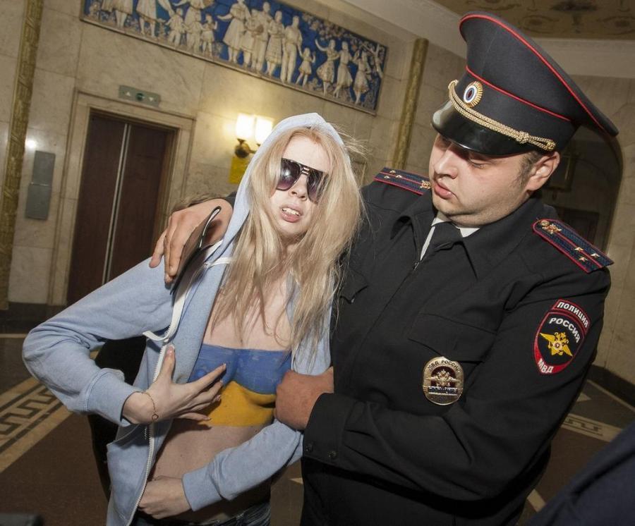 Trzy kobiety rozebrały się w lokalu wyborczym w Moskwie (Twitter/Andrew)