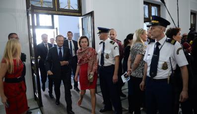 Donald Tusk w Sejmie, w tle wywiadu udziela Ewa Kopacz