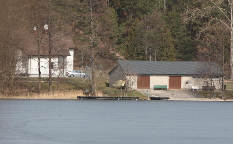 Budynki Ośrodka Szkolenia Agencji Wywiadu w Starych Kiejkutach widziane z drugiej strony jeziora