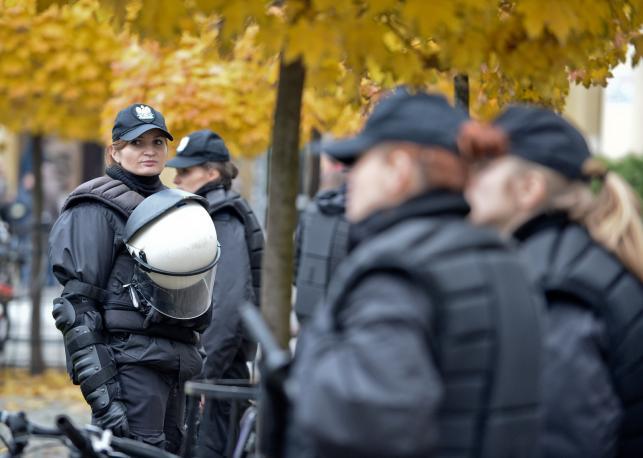 Policja i obrońcy tęczy na Placu Zbawiciela w Warszawie