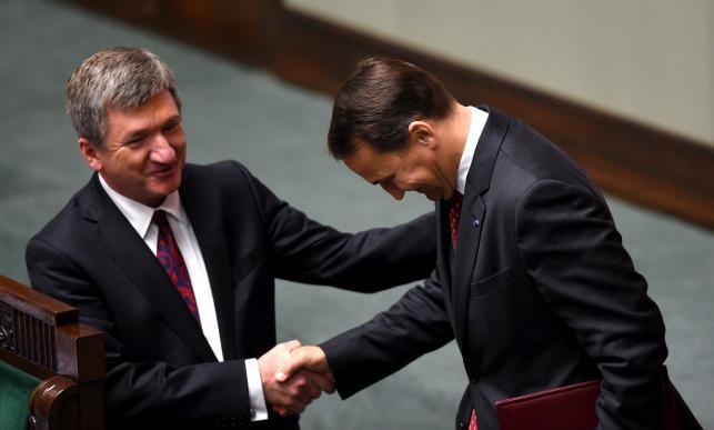Jerzy Wenderlich (SLD) ściska dłoń marszałka Sejmu Radosława Sikorskiego
