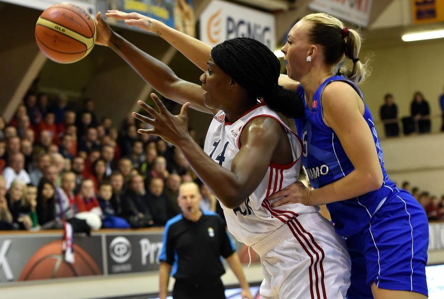 Koszykarka Wisły Can-Pack Kraków Jantel Lavender (L) blokowana przez Irinę Osipową (P) z Dynama Kursk podczas meczu Euroligi