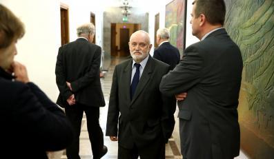 Ustępujący sekretarz PKW i szef Krajowego Biura Wyborczego Kazimierz Czaplicki podczas manifestacji przed PKW