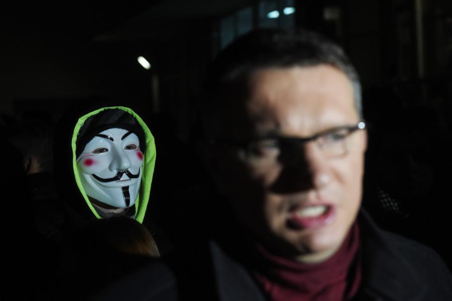 Wiceprezes Nowej Prawicy Przemysław Wipler podczas zainicjowanej przez Ruch Narodowy manifestacji pod siedzibą Państwowej Komisji Wyborczej