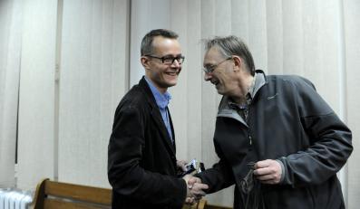 Fotoreporter PAP Tomasz Gzell i dziennikarz Telewizji Republika Jan Pawlicki na sali sądu rejonowego w Warszawie