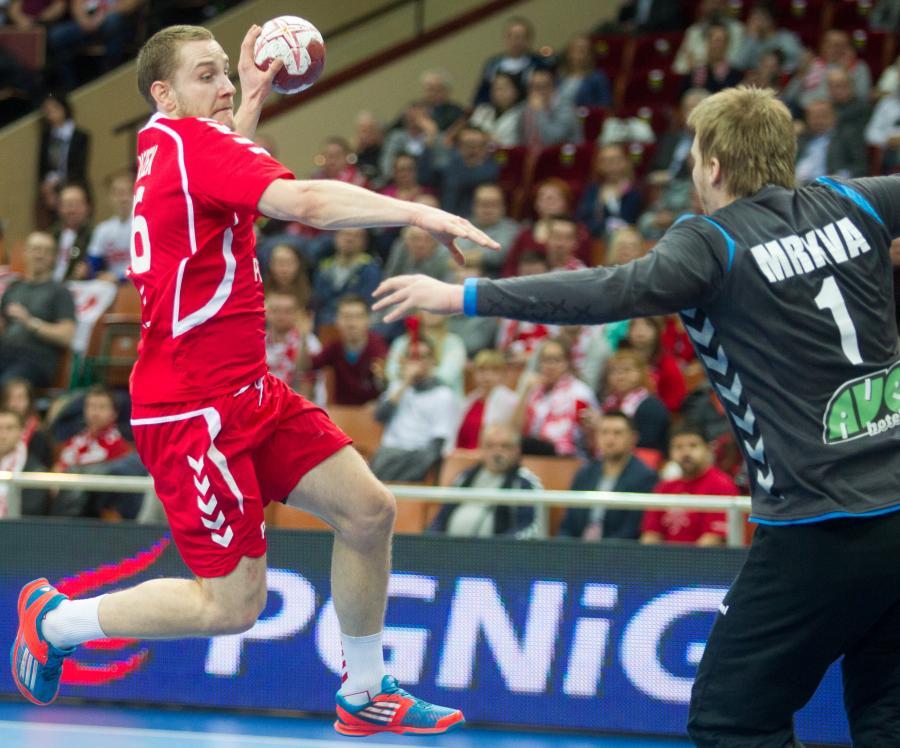 W akcji na bramkę Czecha Tomasa Mrkvy (P) atakujący gracz reprezentacji Polski Michał Daszek (L) w meczu obu drużyn w turnieju Christmas Cup piłkarzy ręcznych w Katowicach