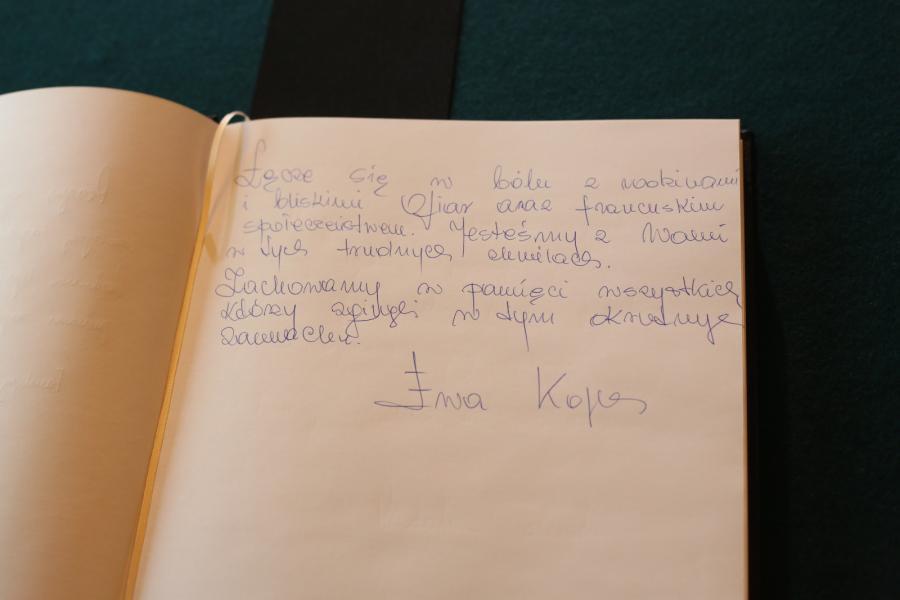 Wpis premier Ewy Kopacz. Świat w reakcji na zamach we Francji