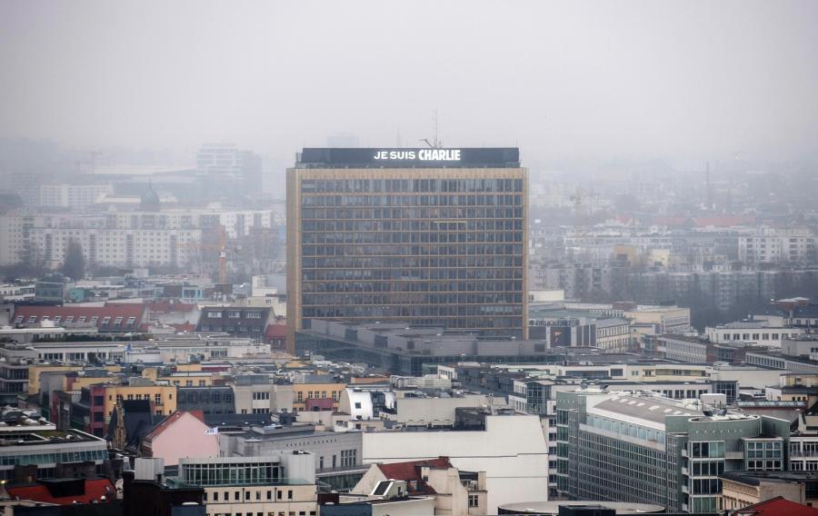 Berlin. Siedziba wydawnictwa Axel Springer. Świat w reakcji na zamach we Francji