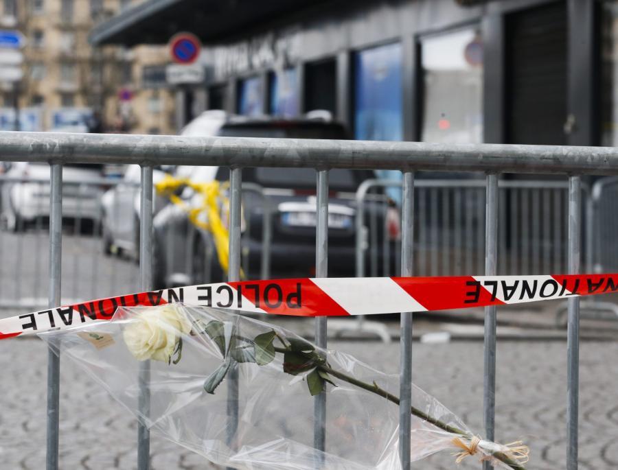 Kwiaty przed sklepem z koszerną żywnością, w ktorym przetrzymywano zakładników