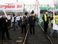 Górniczy związkowcy zablokowali tory. Problemy dla podróżnych w całej Polsce. ZDJĘCIA