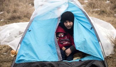 Jest zima, na zewnątrz panuje mróz, a rodziny z małymi dziećmi w takich namiotach czekają na możliwość pokonania granicy z Unią Europejską. Przemytnicy nie przychodzą jednak zbyt często, za przeprowadzenie przez granicę żądają poza tym pieniędzy