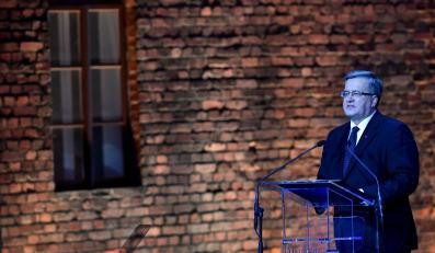 Bronisław Komorowski przemawia w czasie uroczystości rocznicowych w Auschwitz