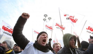 Kilka tysięcy osób, przede wszystkim górników pod flagami związków zawodowych, zebrało się przed siedzibą Jastrzębskiej Spółki Węglowej
