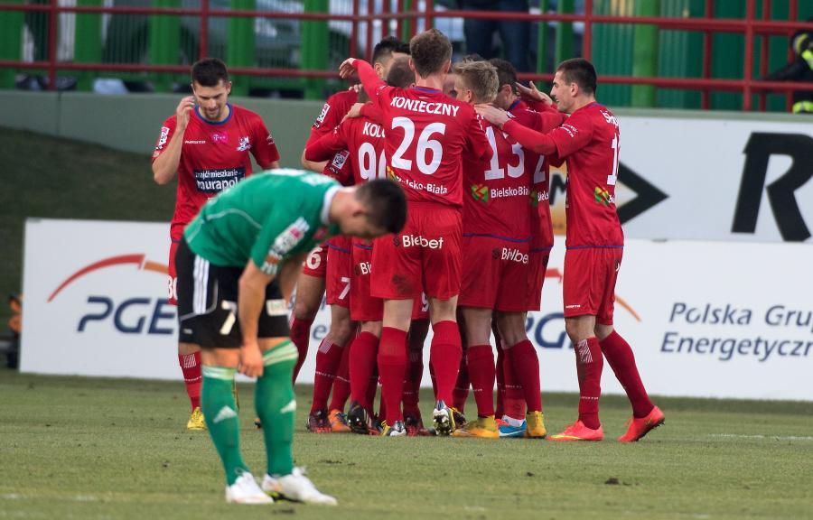 Piłkarze Podbeskidzia Bielsko-Biała cieszą się z gola podczas meczu polskiej Ekstraklasy z PGE GKS Bełchatów