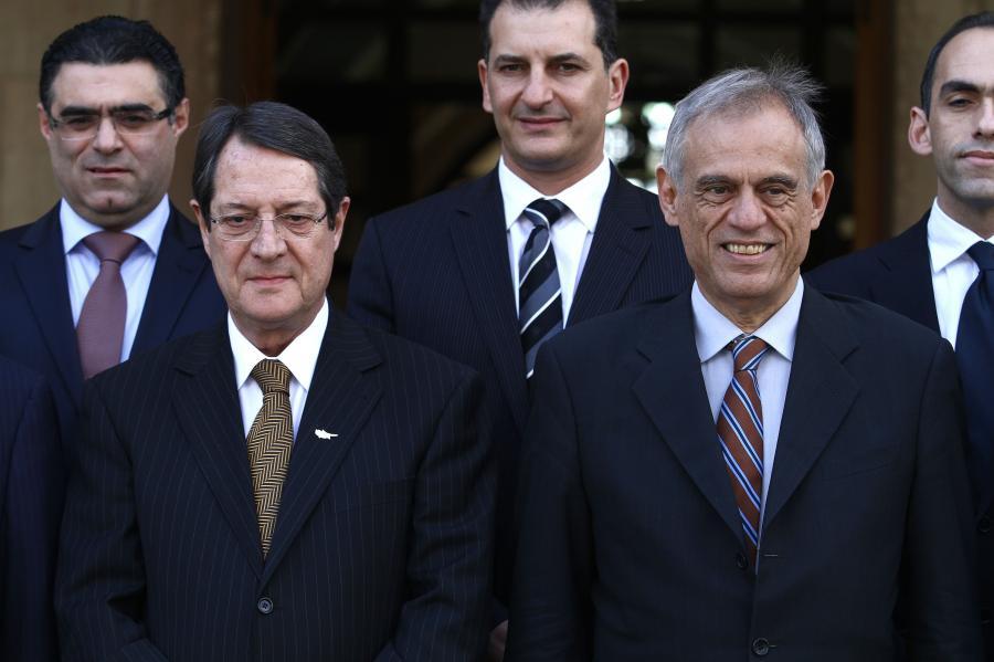 Nikos  Anastasiadis (L) i minister finansów Michalis Sarris (P)