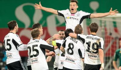 Piłkarze Legii Warszawa cieszą się z gola Michała Żyro (wyżej) podczas meczu polskiej Ekstraklasy ze Śląskiem Wrocław