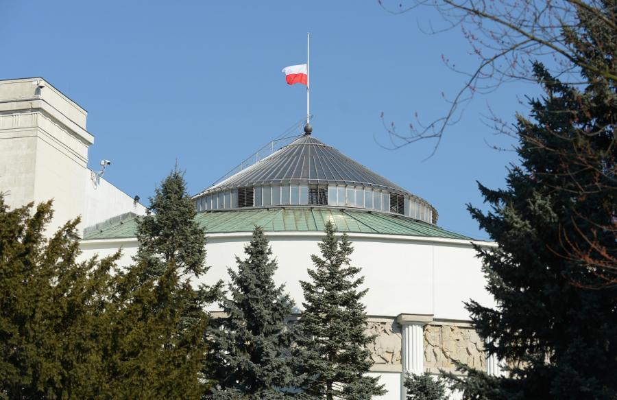 Opuszczona flaga na budynku Sejmu