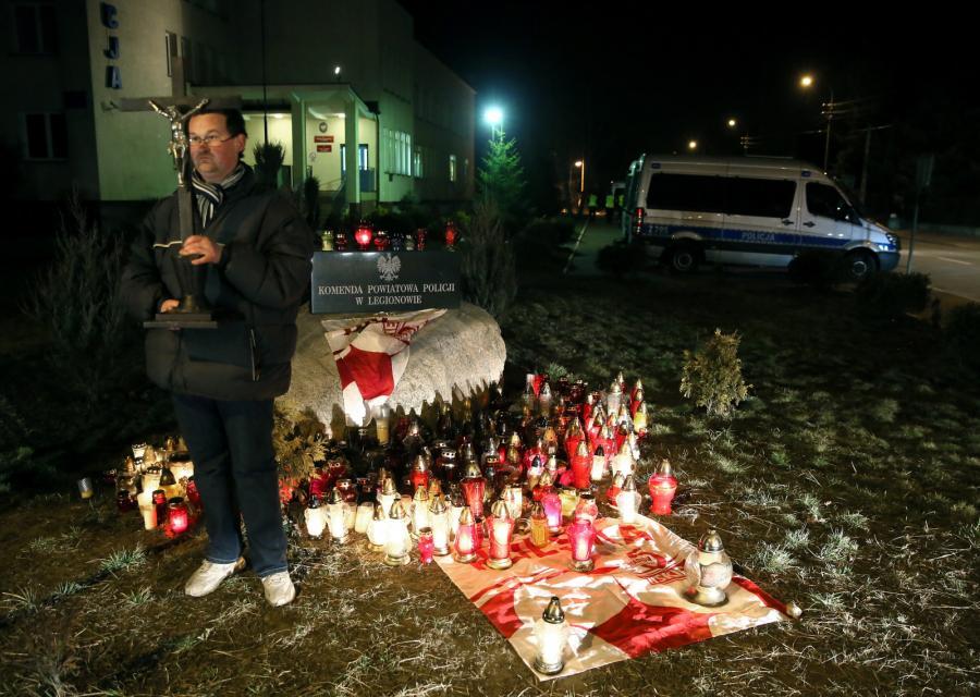Mieszkaniec Legionowa czuwa przed Komendą Powiatową Policji w związku ze śmiercią 19-letniego Rafała
