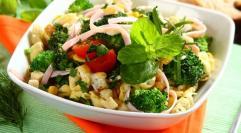 PRZEPIS na sałatkę z brokułami, szynką i tortellini. Takich dań chce się wiosną!