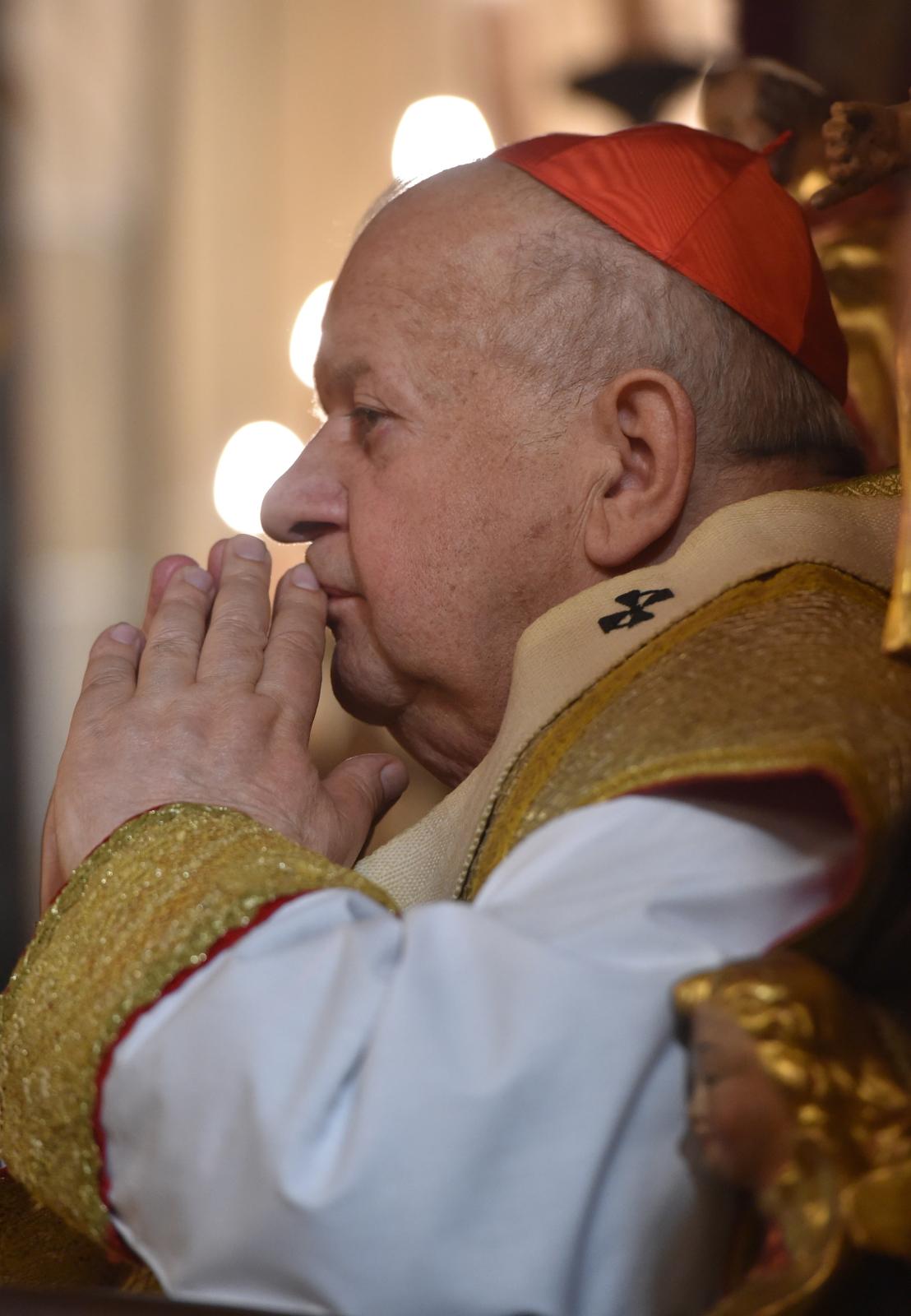 Metropolita krakowski kardynał Stanisław Dziwisz odprawia w katedrze wawelskiej uroczystą mszę w intencji wszystkich ofiar katastrofy smoleńskiej