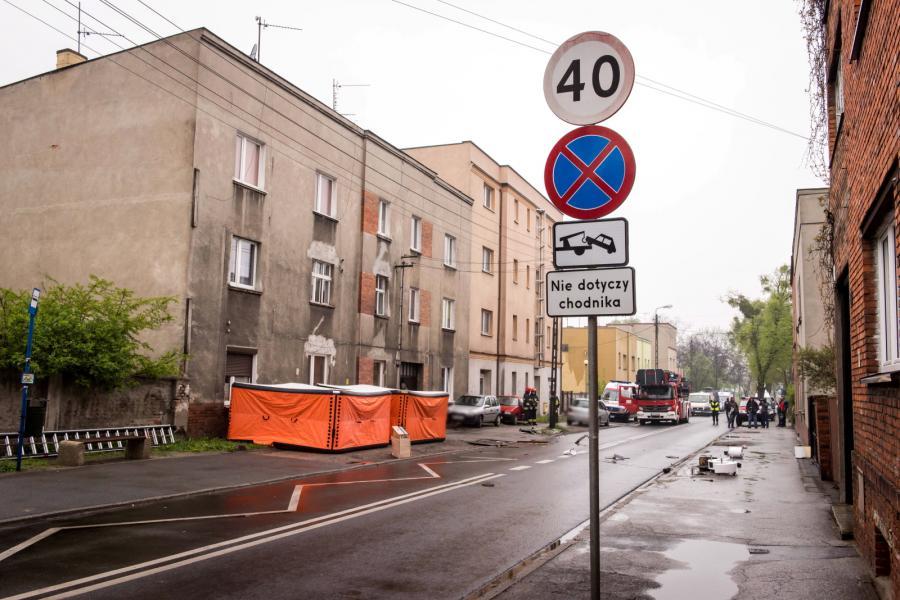 Skokochrony przed kamienicą w Bydgoszczy, w której zabarykadował się mężczyzna z dzieckiem