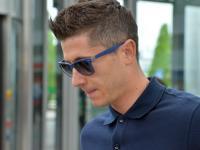Lewandowski w ciemnych okularach na lotnisku w Barcelonie. Najnowsze zdjęcia polskiego piłkarza