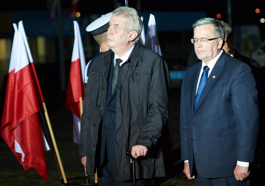 Prezydent Czech Milos Zeman i prezydent RP Bronisław Komorowski zapalają znicze przed Pomnikiem Poległych Stoczniowców w Gdańsku