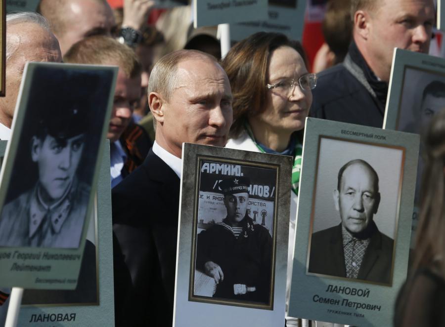 Marsz Pamięci w Moskwie. Na czele Putin z portretem ojca