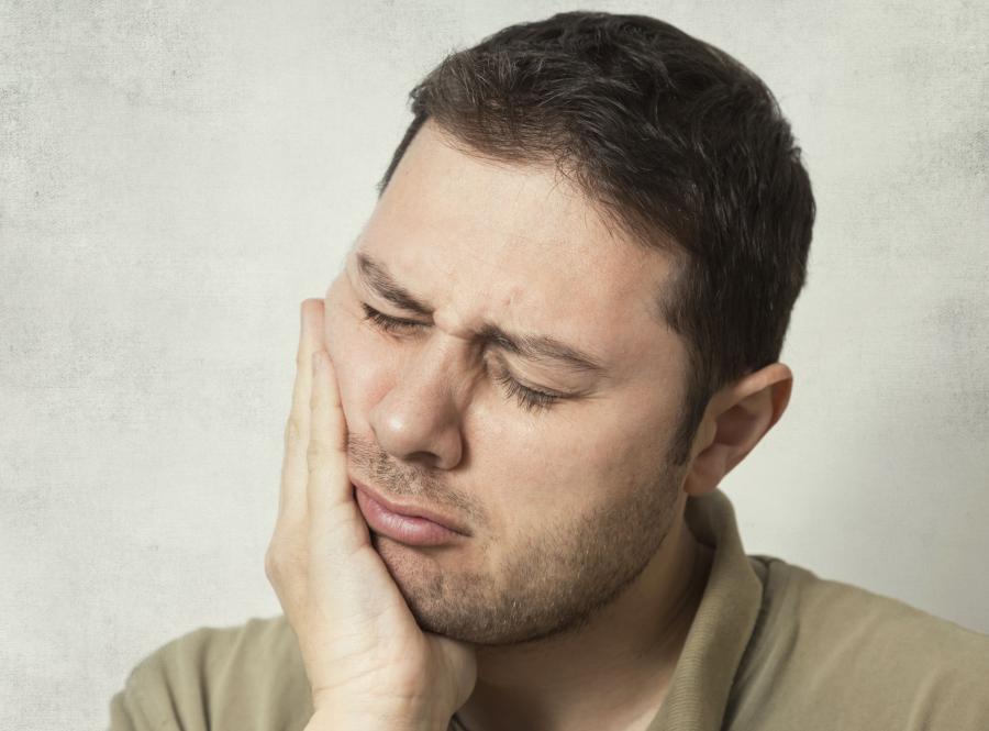 Mężczyznę boli ząb
