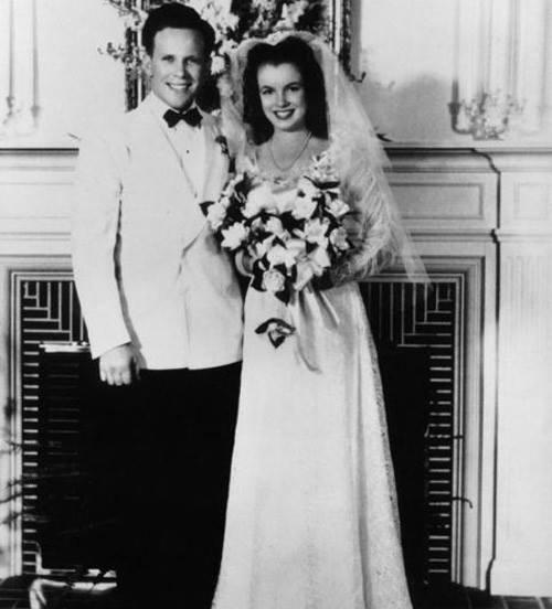 Norma Jeane Mortenson i James Dougherty na ślubnej fotografii