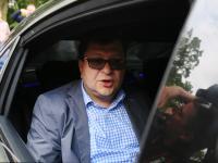 """Zbigniew Stonoga prezentuje """"gwóźdź"""" do trumny Seremeta i zdejmuje elektroniczną bransoletkę"""
