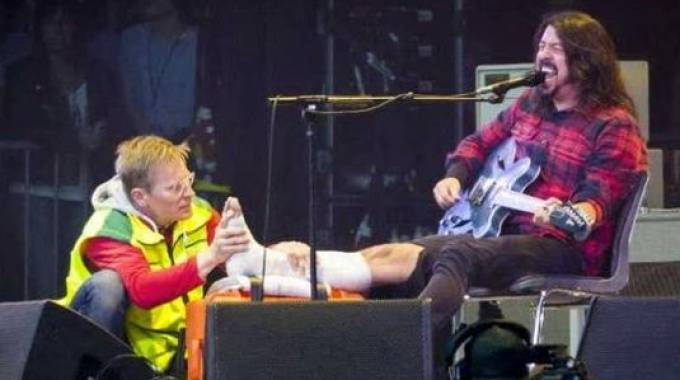Dave Grohl złamał nogę na koncercie i... grał dalej [WIDEO]