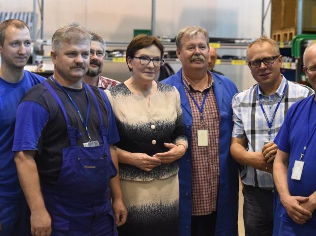 Premier Ewa Kopacz z pracownikami Wojskowych Zakładów Mechanicznych Rosomak w Siemianowicach Śląskich