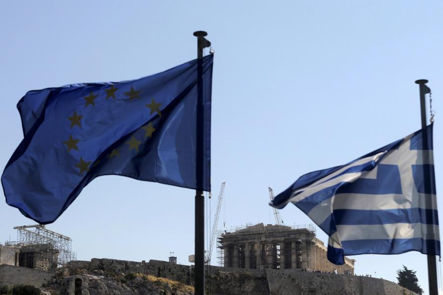 Flagi Unii Europejskiej i Grecji na tle Akropolu