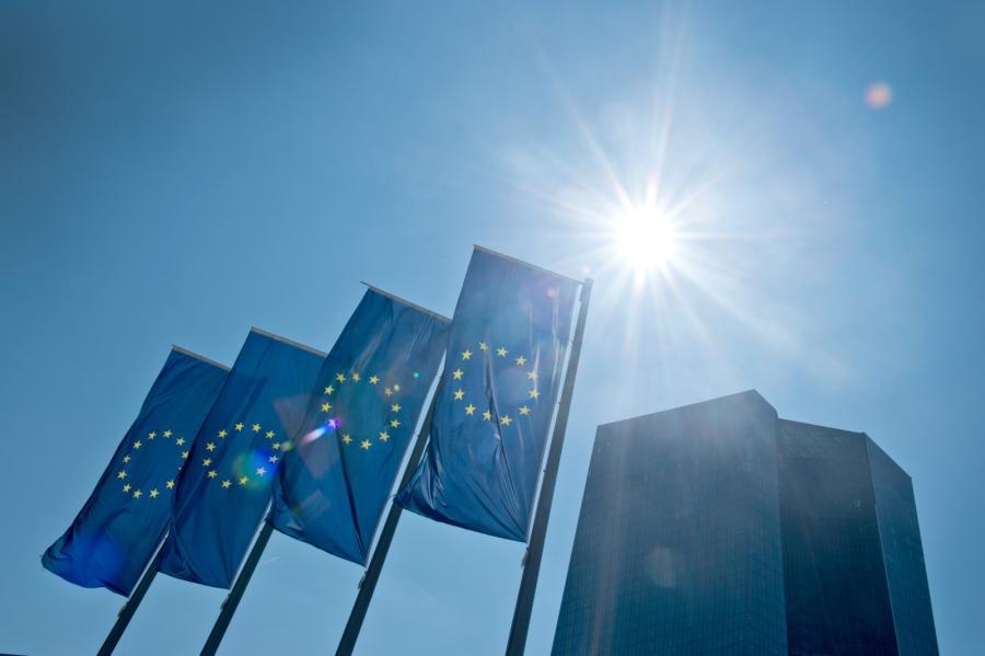 Flagi Unii Europejskiej na tle Europejskiego Banku Centralnego