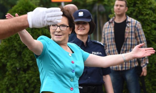 Zabójczy miks kolorów: Ewa Kopacz jak papuga u policjantów