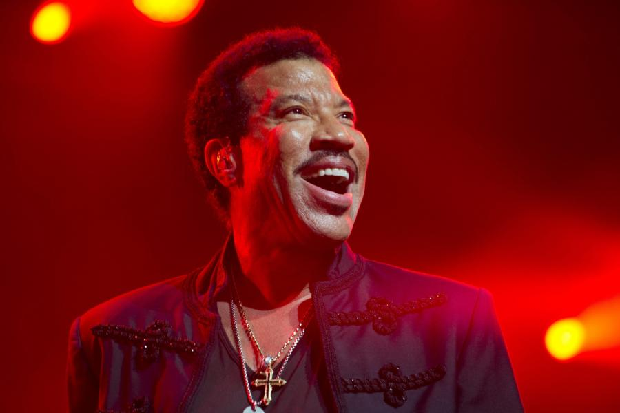 Lionel Richie odtwarza \