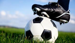 Piłka na murawie - zdjęcie ilustracyjne