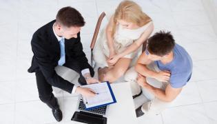 Młodzi ludzie i doradca finansowy